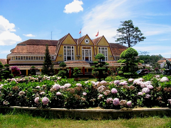 Bahnhof-Dat-Lat-Highlights-in-Dalat